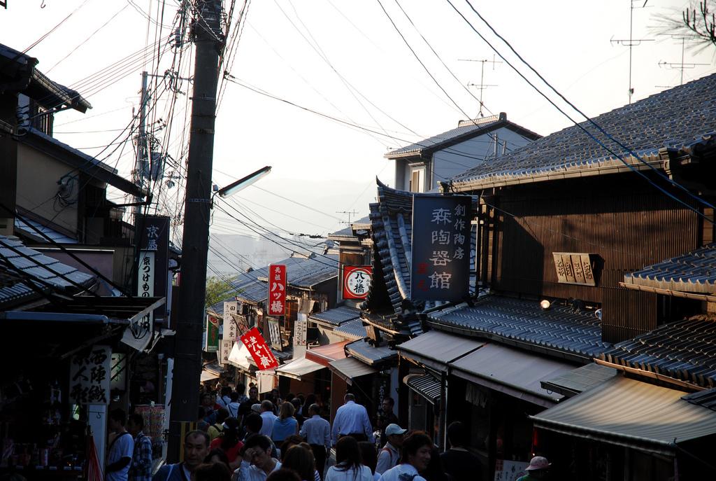 Kiyomizu-zaka shopping street