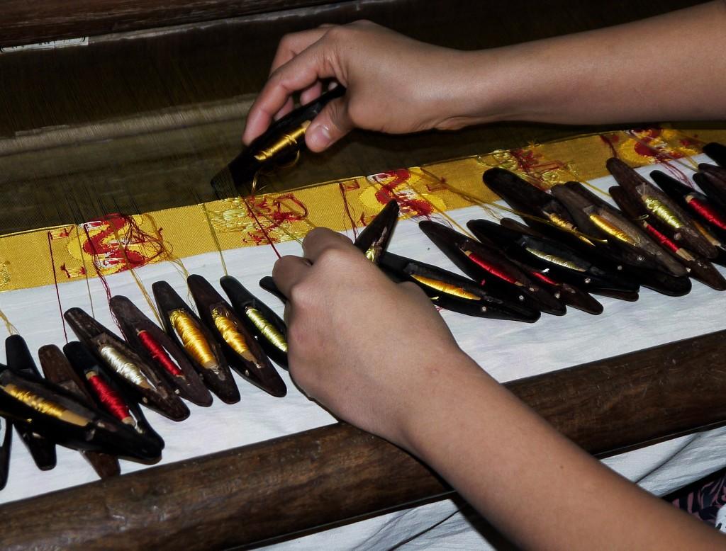 burmese weaver silk cotton longyi Mynamar