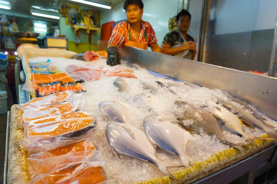 Bangkok Chinatown Trok Issaranuphap fish vendor